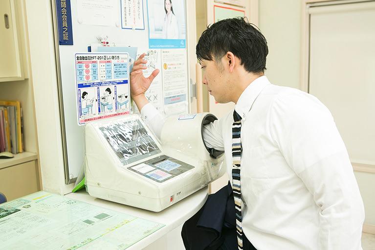 血圧計で血圧を測る